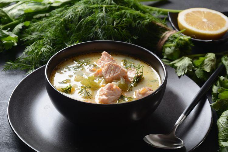 ilustrasi krim sup ikan salmon dan sayuran.