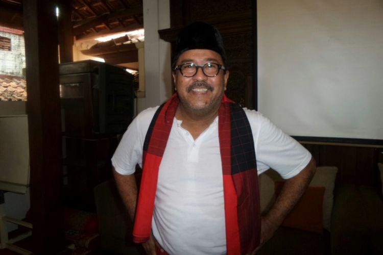 Artis peran Rano Karno dalam jumpa pers Si Doel The Movie di kediamannya di kawasan Lebak Bulus, Jakarta Selatan, Minggu (29/10/2017).