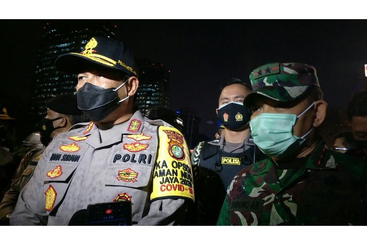Kapolda Metro Jaya Irjen Nana Sudjana dan Pangdam Jaya TNI AD Mayjen TNI Dudung Abdurrachman di kawasan Budi Kemulian, Gambir, Jakarta Pusat,  Selasa (20/10/2020).