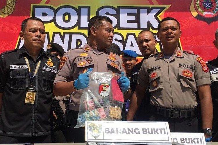 Kapolsek Banda Sakti, Iptu Irwansyah, didampingi Wakilnya, Ipda Faisal menggelar konferensi pers terkait kasus dugaan pencurian kotak amal untuk anak yatim, Jumat (20/3/2020).
