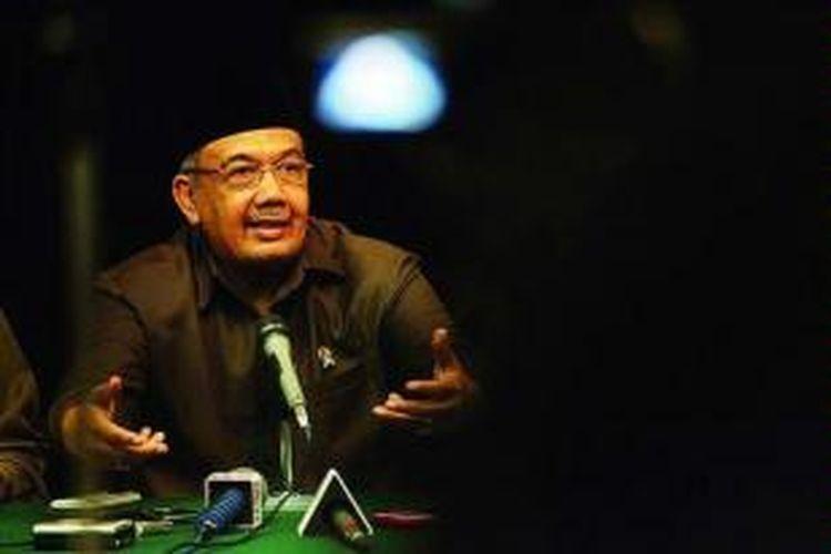 Menteri Pendayagunaan Aparatur Negara dan Reformasi Birokrasi Azwar Abubakar menjelaskan hasil Rapat Koordinasi Nasional Pelaksanaan Instruksi Presiden Nomor 5 Tahun 2004 tentang Percepatan Pemberantasan Korupsi Tahun 2011 di Jakarta, Senin (7/11).