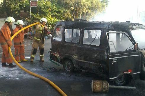 Sebuah Angkot Terbakar di Depan Pom Bensin Cengkareng