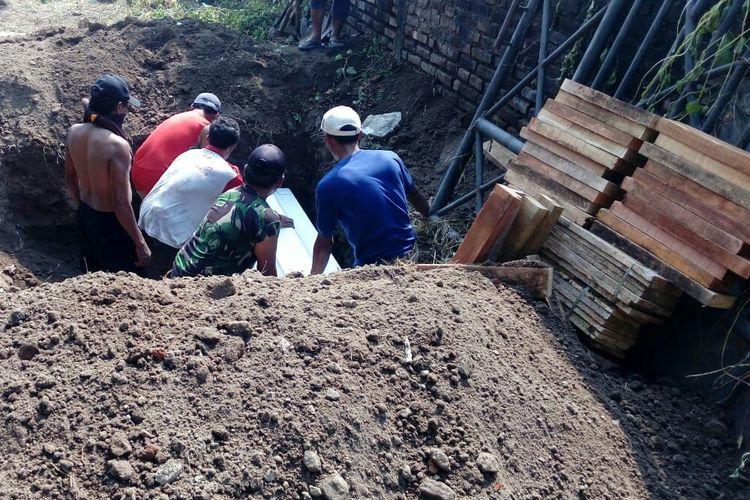 Pemakaman pelaku bom bunuh diri gereja di Sidoarjo