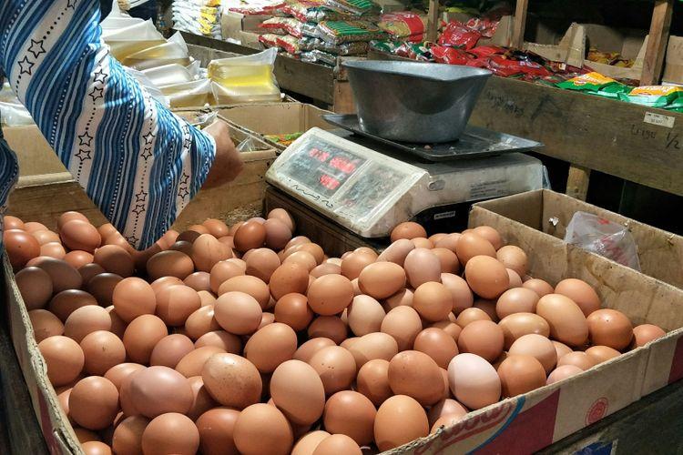 Salah satu kios pedagang telur di pasar Cimanggis, Tangerang Selatan yang menjual telur Rp 26.000 per kilogram, Selasa (19/12/2017).