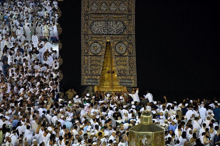 Umat Muslim menunaikan ibadah umrah dengan mengelilingi Kakbah pada Ramadan di Mekah, Arab Saudi (26/5/2019).