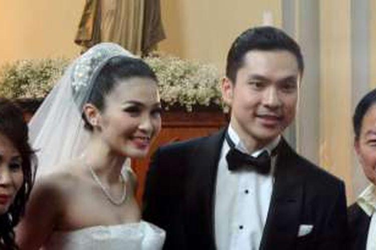 Sandra Dewi dan Harvey Moeis usai menjalani pemberkatan nikah di Gereja Katedral Jakarta, Jakarta Pusat, Selasa (8/11/2016).