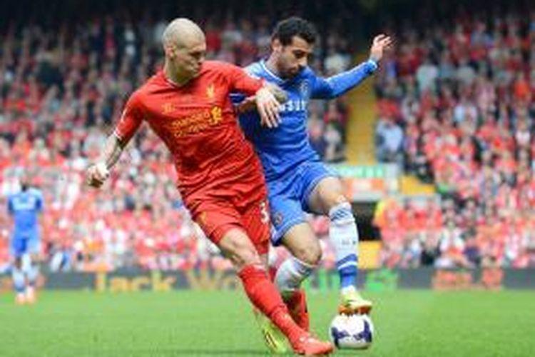 Bek Liverpool, Martin Skrtel, mengawal gelandang Chelsea, Mohamed Salah, saat kedua tim bertemu dalam lanjutan Premier League di Stadion Anfield, Minggu (27/4/2014).