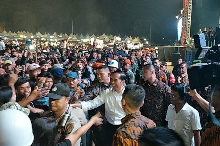 Presiden Joko Widodo turun dari panggung dan menyalami penonton Konser Musik Untuk Republik di Buperta Cibubur, Jakarta Timur, Minggu (20/10/2019).