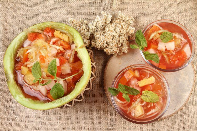 Ilustrasi es buah melon dengan kelapa muda yang menggunakan buah melon sebagai wadah saji