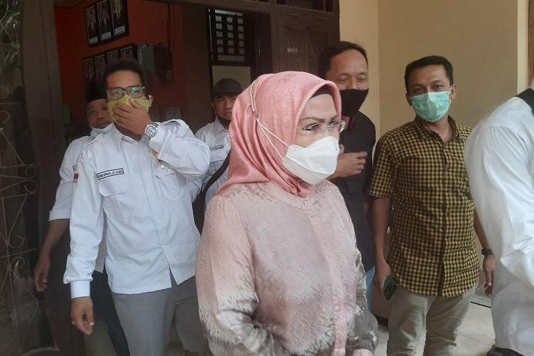Calon Bupati Serang Ratu Tatu Chasanah keluar dari kantor Bawaslu Banten usai menjalani pemeriksaan duha