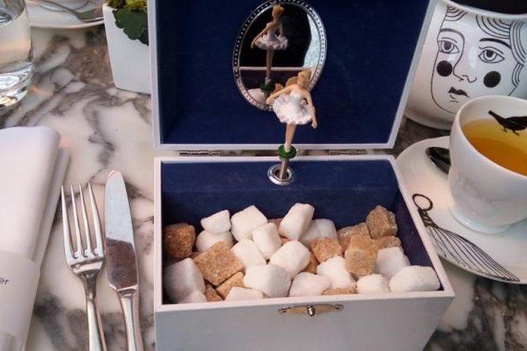 Kotak balerina berisi gula yang disajikan Mad Hatters pada acara afternoon tea, Rabu (16/11/2016).
