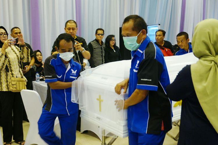 Setelah dimasukkan ke dalam peti, jenazah Mus Mulyadi lantas disemayamkan di dalam ruangan Rumah Duka Dharmais, Jakarta Barat, Kamis (11/4/2019).