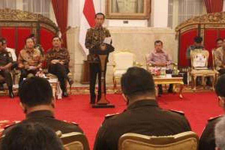 Presiden Joko Widodo memberikan pengarahan kepada seluruh Kepala Kepolisian Daerah dan Kepala Kejaksaan Tinggi, di Istana Negara, Jakarta, Selasa (19/7/2016). Dalam kesempatan tersebut, Presiden mengevaluasi lima hal yang tak bisa dipidanakan, seperti  yang pernah disampaikannya beberapa waktu lalu, di antaranya kebijakan diskresi, tindakan administrasi pemerintahan aturan BPK soal kerugian, dan kerugian negara.