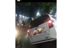 Dua Mobil Terperosok ke Lubang Galian di Jalan Raya Centex Ciracas