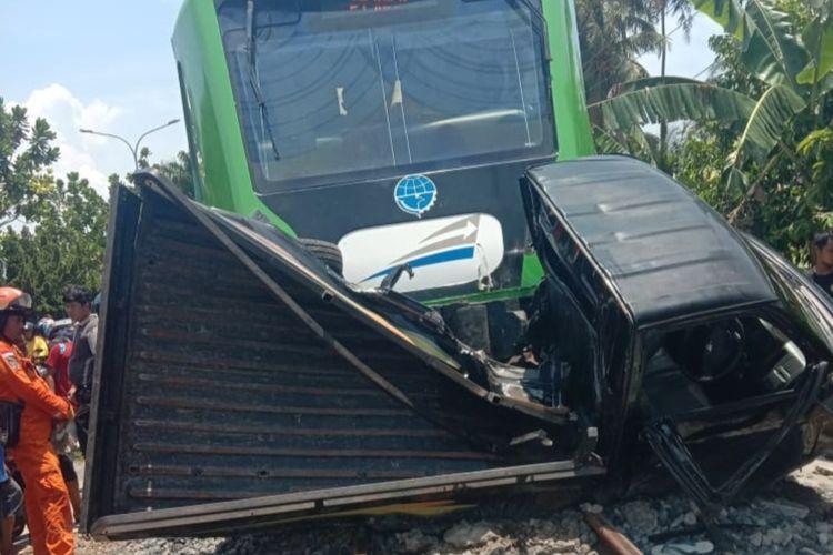 Kereta api Minangkabau Ekpres tabrak dan seret mobil Grand Max, Rabu (4/3/2020) di Simpang Dinas Pendidikan Koto Tangah, Padang, Sumbar