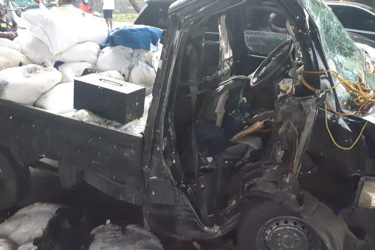 Kecelakaan tunggal terjadi di Jalan Jenderal Ahmad Yani, RT 010/13 Rawamangun, Pulo Gadung, Jakarta Timur, Rabu (5/5/2021). Mobil pickup yang dikendarai Kusnoto Kumoro menabrak separator busway.