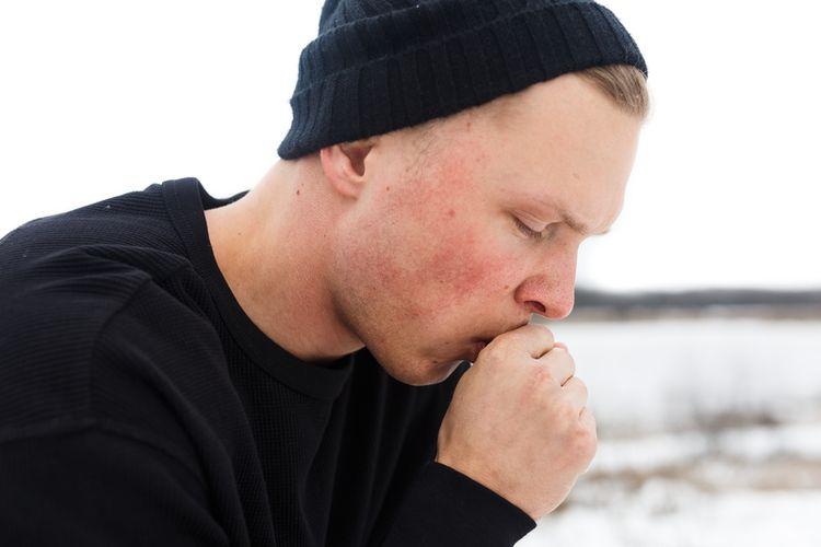 Ilustrasi seorang pria mengalami hipotermia