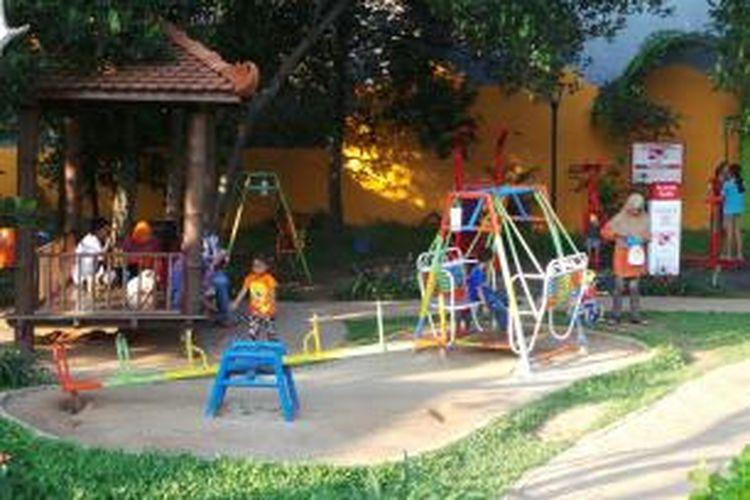 Pengunjung di salah satu sudut taman RPTRA Cililitan Jakarta Timur. Kamis (7/1/2016)