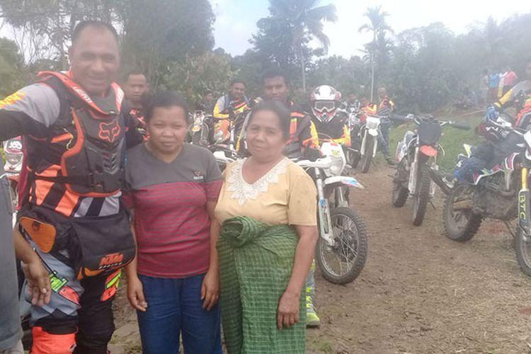 Bupati Ngada Marianus Sae foto bersama warga Kampung Waekolong, Desa Ranakolong, Kecamatan Kota Komba, Kabupaten Manggarai Timur, Flores, NTT, Minggu (1/10/2017). Bupati bersama Bajawa Trail Community menjelajahi Ngada dan Manggarai Timur.