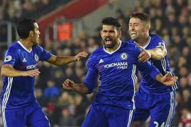 Penyerang Chelsea, Diego Costa (tengah), merayakan gol ke gawang Southampton dalam laga Premier League di Stadion St Mary, Minggu (30/10/2016).