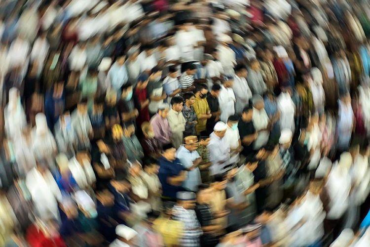 Umat Islam melaksanakan ibadah shalat tarawih malam pertama tanpa pembatasan jarak di Masjid Islamic, Lhokseumawe, Aceh, Kamis (23/4/2020) malam. Kendati pemerintah setempat telah mengeluarkan instruksi pengaturan saf posisi jarak jemaah ke kiri dan kanan sejauh 50 cm dan saf depan dan belakang sejauh 140 cm serta mewajibkan pakai masker dan mencuci tangan sebagai upaya memutus mata rantai penyebaran Covid-19, tapi pelaksanaan tarawih tanpa physical distancing tetap berlangsung.