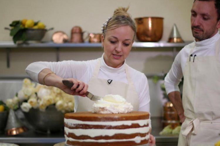 Claire Ptak, pemilik Violet Bakery dan Izaak Adams (head baker) tengah membuat kue pernikahan untuk Harry dan Meghan Markle.