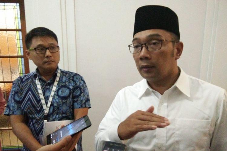 Gubernur Jawa Barat Ridwan Kamil bersama arsitek sepsialis desain dan pengembangan perkotaan Sibarani Sofian, saat ditemui usai melakukan rapat membahas revitalisasi sungai Kalimalang di Gedung Sate, Rabu (26/9/2018) malam.