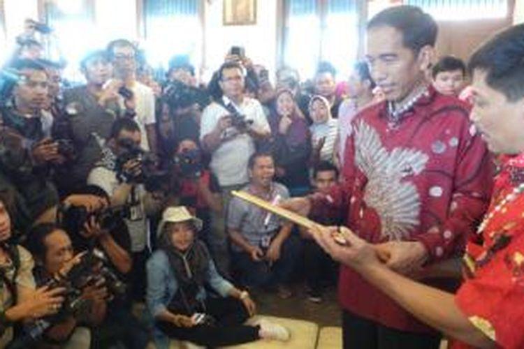 Jokowi membeli dua kemeja batik dan satu bahan batik, di Cirebon, Jawa Barat, Rabu (18/6/2014). Informasi dari kasir, untuk tiga belanjaan itu menghabiskan sekitar Rp 2,6 juta.