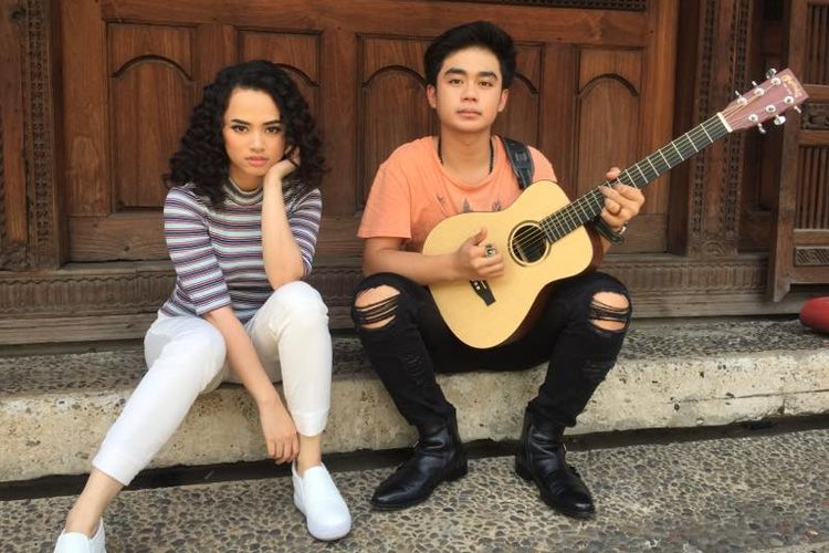 Dua penyanyi Wizzy Williana (22) dan Arnandi Ihza Mulyadi atau Izza (16) berpose di Bentara Budaya Jakarta (BBJ), Palmerah Selatan, Rabu (5/4/2017) siang. Mereka sedang mempromosikan singel berjudul Baby, yang menjadi tema lagu untuk film Jomblo.