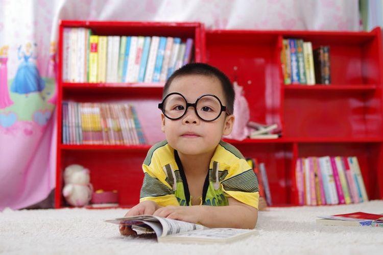 Salah satu cara agar anak cepat membaca adalah dengan mendedikasikan tempat di mana anak bisa merasa nyaman ketika membaca, misalnya ruangan perpustakaan kecil di rumah.