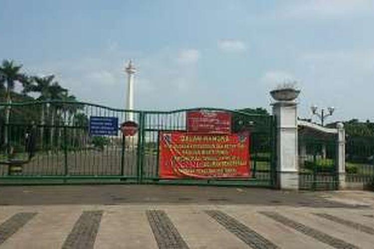 Suasana di pintu Monumen Nasional (Monas) sekitar Stasiun Gambir, Jakarta Pusat, Minggu (10/4/2016). Sejak Sabtu (9/4/2016) lalu, delman dilarang beroperasi di seluruh kawasan Monas.