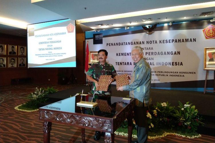 Mendag Enggartiasto Lukita dan Panglima TNI Marsekal Hadi Tjahjanto menandatangani kerja sama pengawasan di bidang perdagangan dan perlindungan konsumen di wilayah perbatasan, Selasa (23/10/2018).