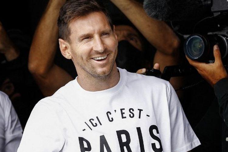 Lionel Messi ketika menyapa penggemar PSG di Bandara Le Bourget, Paris, Perancis, pada Selasa (10/8/2021) waktu setempat.