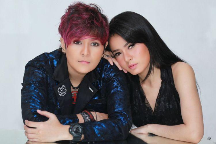 Black Champagne, terdiri dari Mita (kiri) dan Citra, menjalani sesi pemotretan untuk singel kedua mereka, Move On Dong, di kantor perusahaan rekaman Nagaswara, Menteng, Jakarta Pusat, Selasa (20/3/2018).