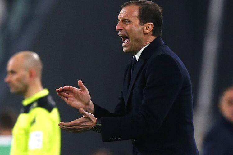 Pelatih Juventus, Massimiliano Allegri, memberi instruksi kepada para pemainnya pada laga kontra Empoli di J Stadium, Sabtu (25/2/2017).