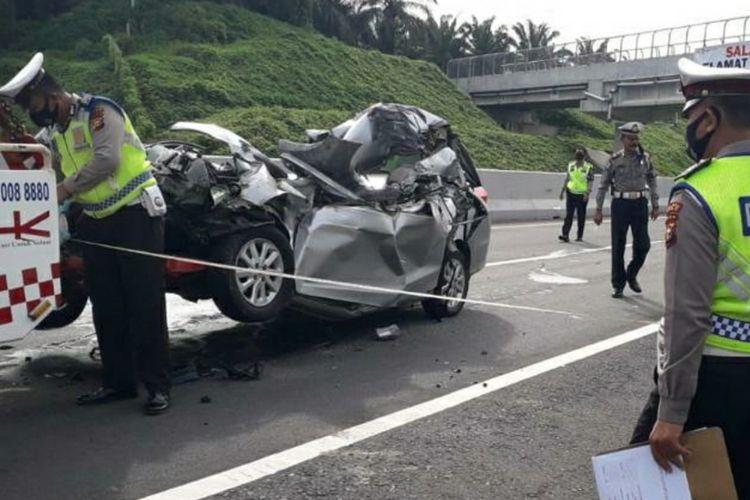 Polisi lalu lintas melakukan olah TKP pada kecelakaan Honda Mobilio dengan truk tronton di jalan tol Pekanbaru-Dumai di Kecamatan Kandis, Kabupaten Siak, Riau, Kamis (15/10/2020).