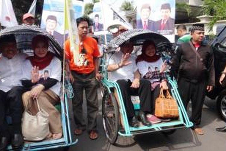 Pasangan bakal calon bupati dan wakil bupati Kabupaten Jember, Jawa Timur, Sugiarto- Mochammad Dwi Koryanto, menaiki becak saat mendaftar ke Kantor Komisi Pemilihan Umum (KPU) setempat, Senin (27/7/2015).
