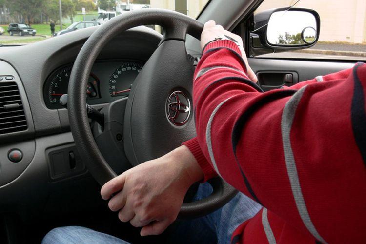 Ilustrasi memegang setir dengan kedua tangan