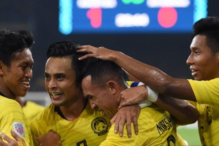 Penyerang Malaysia, Norshahrul Idlan Talaha (dua dari kanan) berselebrasi dengan rekan setimnya setelah mencetak sebuah gol dalam pertandingan Piala AFF 2018 melawan Myanmar di Stadion Bukit Jalil, pada 24 November 2018.