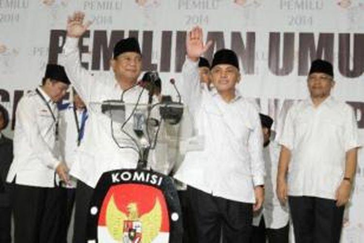 Prabowo Subianto dan Hatta Rajasa saat mendaftarkan diri sebagai pasangan bakal calon presiden dan calon presiden dalam Pemilu Presiden 2014, Selasa (20/5/2014), di Gedung KPU, Jakarta Pusat.