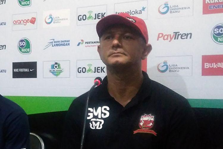 Pelatih Kalteng Putra Gomes de Oliviera.