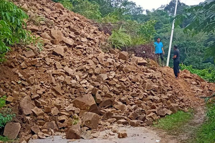 Longsor di Aia Luo, Kecamatan Payung Sekaki menyebabkan 1.550 warga terisolasi karena jalan itu satu-satunya akses warga, Rabu (19/2/2020)