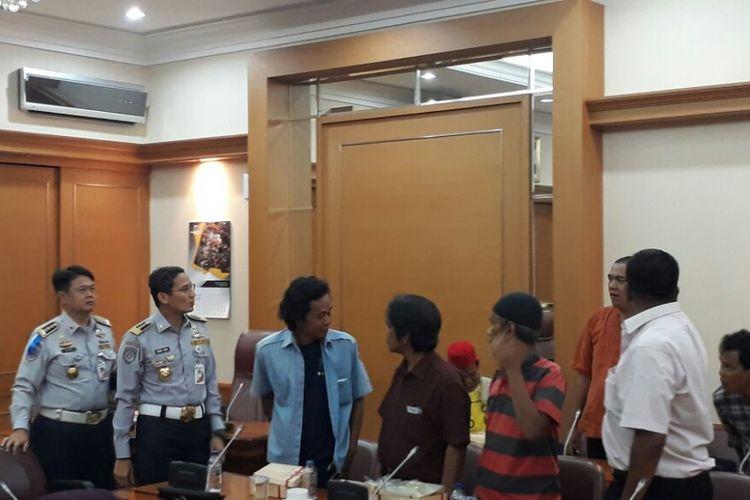 Wakil Gubernur DKI Jakarta Sandiaga Uno saat rapat dengan sopir angkot Tanah Abang di Balai Kota, Jumat (2/2/2018).