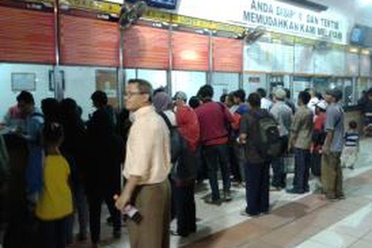 Situasi di depan loket di Stasiun Tanah Abang, Jakarta Pusat, Senin (7/7/2013) petang. Pihak stasiun mengklaim, sudah semakin banyak penumpang KRL commuter line yang membeli tiket multi trip sehingga tidak ada lagi antrian penumpang di depan loket