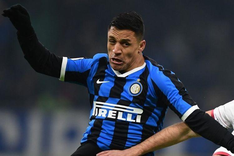 Penyerang Inter Milan, Alexis Sanchez, berduel dengan pemain Cagliari pada laga Coppa Italia babak 16 besar di Stadion Giuseppe Meazza, Milan, 14 Januari 2020.