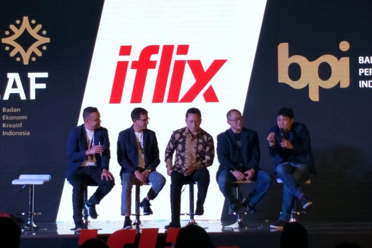 Kepala Bekraf, Triawan Munaf bersama beberapa anggota tim iflix dalam acara #iflixFREEAnnouncement & Launch Party di Empirica, SCBD, Jakarta Selatan, Rabu (25/7/2018).(Kompas.com/Ira Gita)