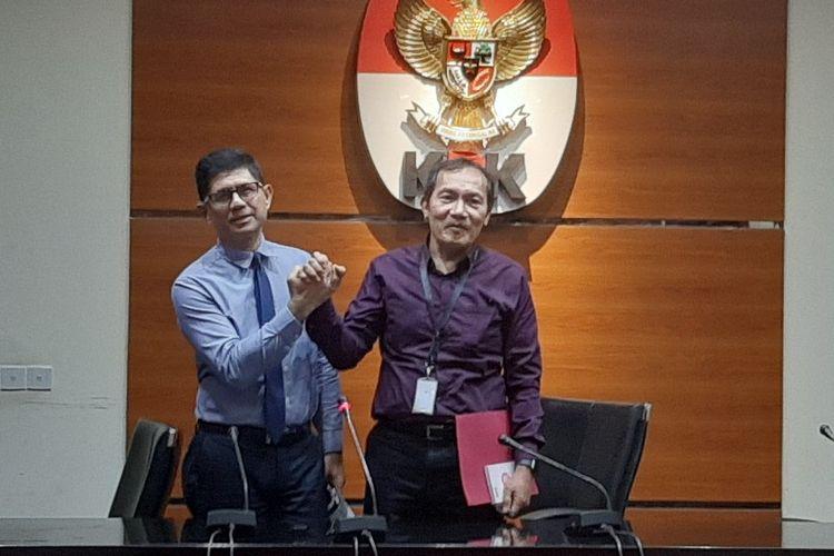 Wakil Ketua KPK Laode M Syarif dan Saut Situmorang berjabat tangan usai konferensi pers penetapan tersangka di Gedung Merah Putih KPK, Senin (16/12/2019).