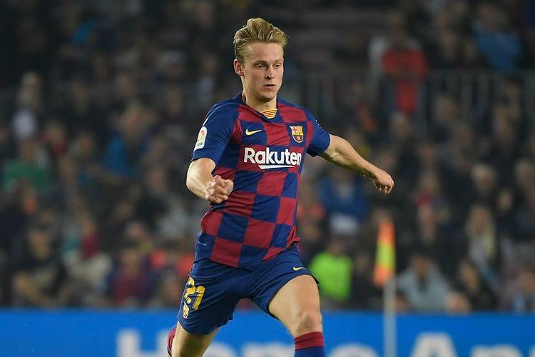 Gelandang Barcelona asal Belanda, Frenkie De Jong berlari dengan bola saat pertandingan sepak bola Liga Spanyol antara FC Barcelona dan Real Valladolid FC di stadion Camp Nou di Barcelona pada 29 Oktober 2019.