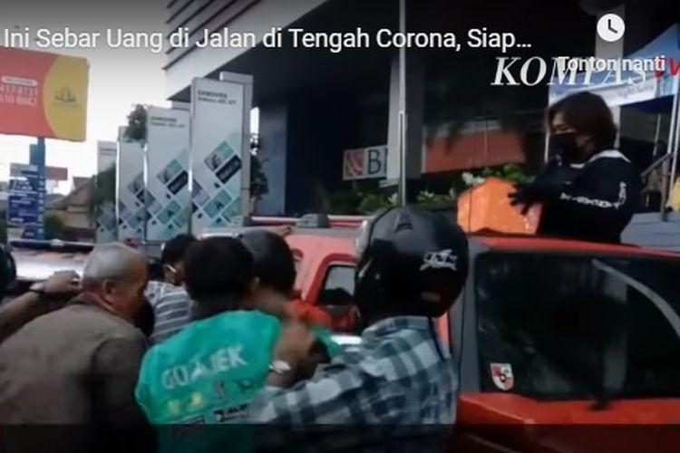 Seorang wanita menyebar uang di jalanan umum Kota Yogyakarta. Mengutip laporan Kompas TV, tampak wanita berambut pendek itu membagi-bagikan uang sambil menaiki mobil mewah Hummer.