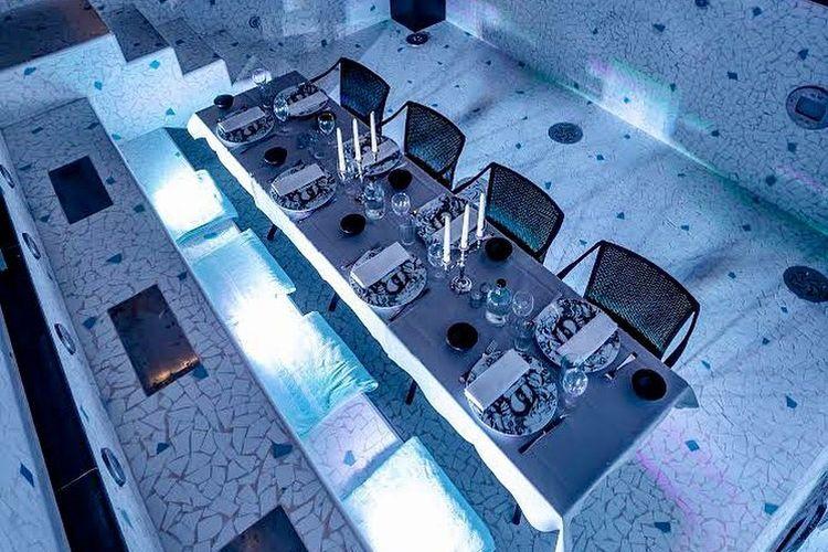Restoran di dalam kolam renang hotel di Paris.
